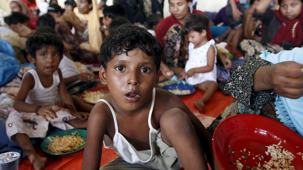Cerca de cien personas murieron en peleas por la comida en los barcos varados en el Sudeste Asiático