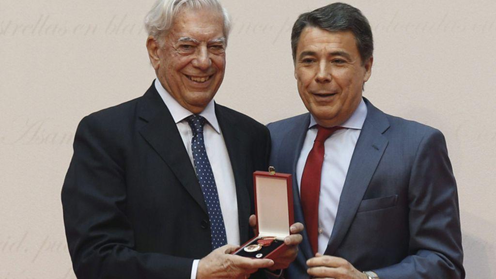 El Premio Nobel Mario Vargas Llosa, recibe la Medalla de Oro de la Comunidad de Madrid