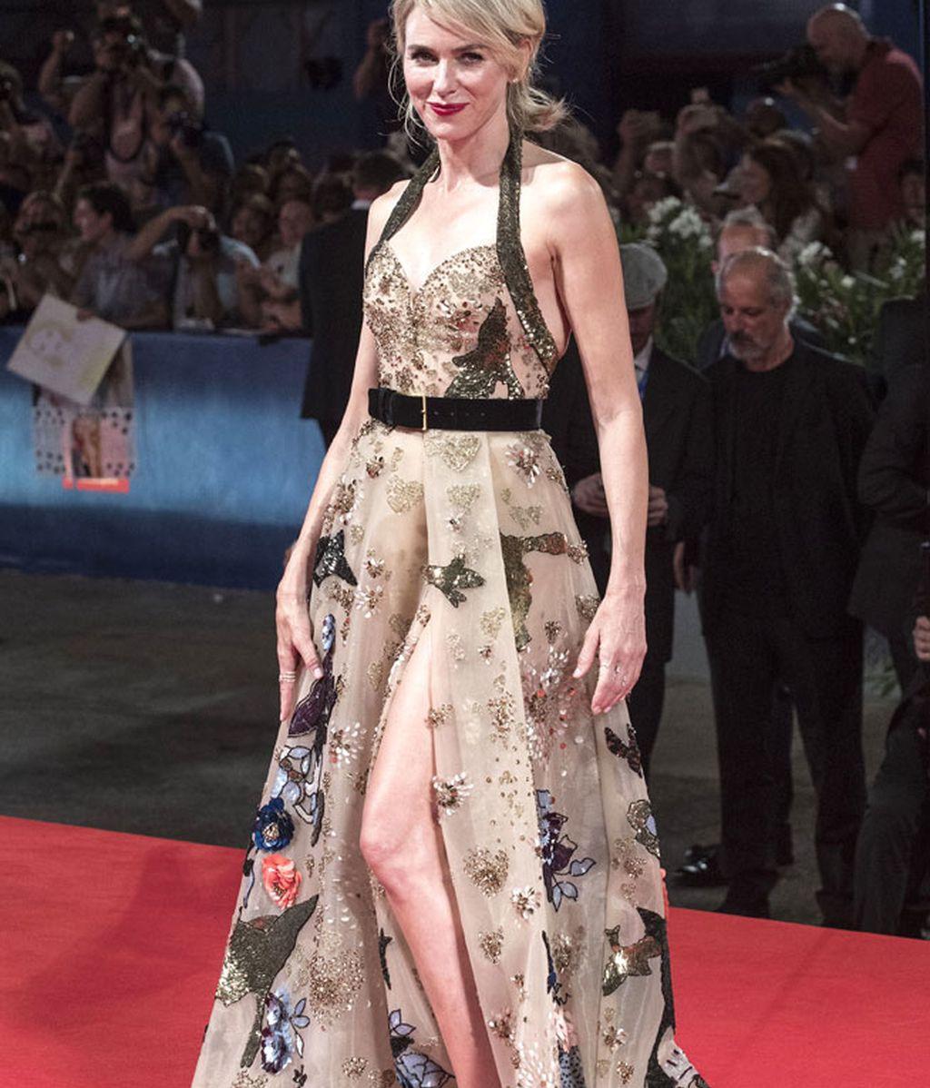 Naomi Watts, con vestido largo de 'Elie Saab' de la colección invierno 2016
