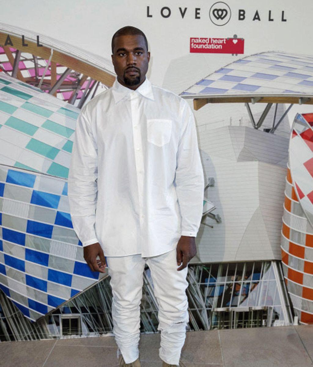 Kanye West apareció solo en la gala, todo de blanco y con botas color crema