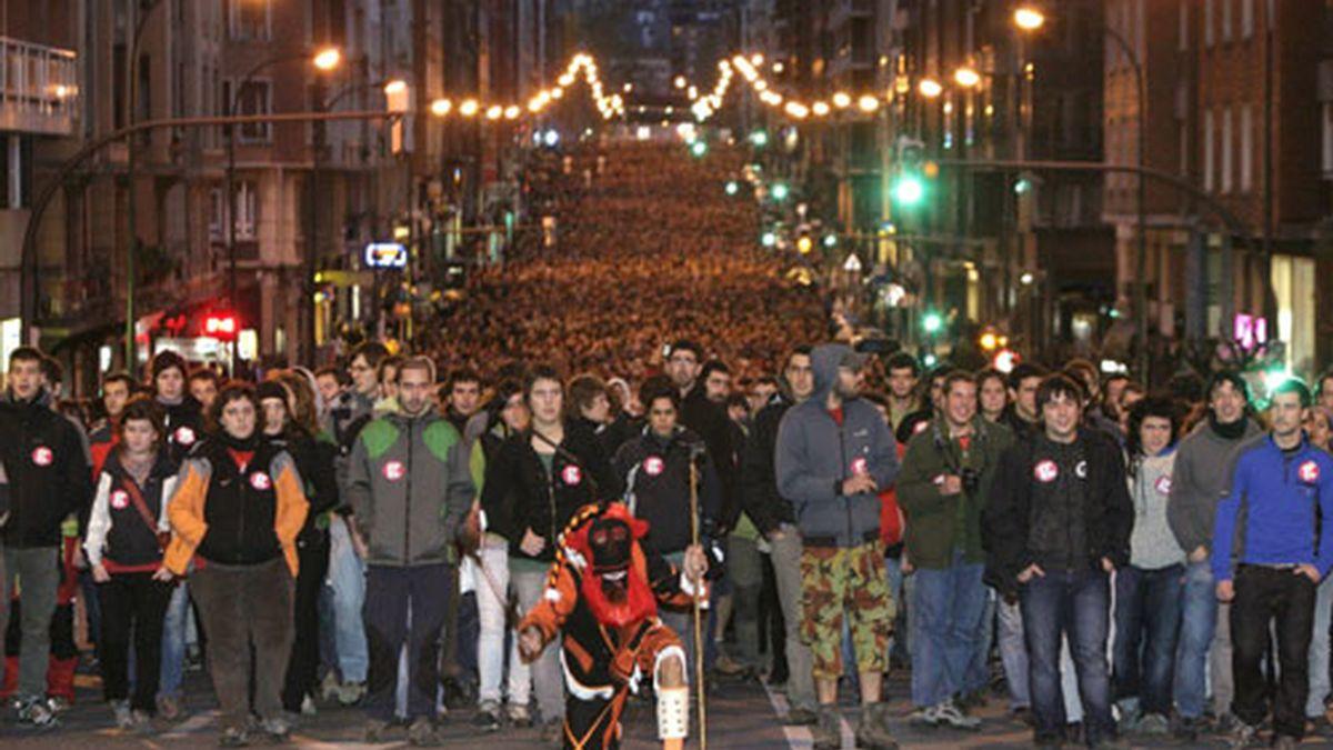 Asistentes a la manifestación de la izquierda abertzale que ha tenido lugar por las calles de Bilbao. Foto: EFE.