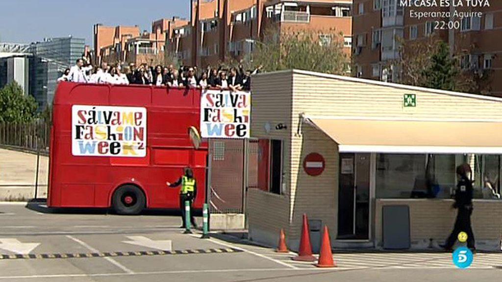 Los colaboradores de 'Sálvame' llegan a Telecinco en un bus de dos plantas