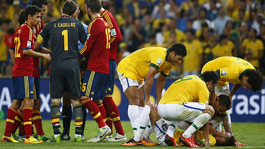 Piqué derribó a Neymar y le costó la roja