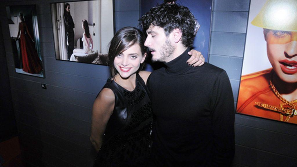 Macarena Gómez, vestida de Teresa Helbig, junto a Antonio Pagudo