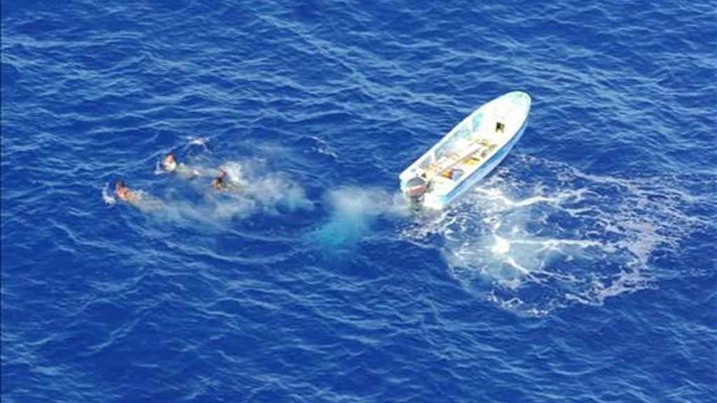 Foto suministrada por la Fuerza Naval de la Unión Europea (NAVFOR) en la que piratas somalíes se lanzan al agua frente a las costas de Somalia, después de que un helicóptero de la fragata FGS EMDEN, de la Fuerza Naval de la Unión Europea, hiciese disparos de advertencia, el pasado día 18, y frustrase un ataque de los piratas a un pesquero. EFE