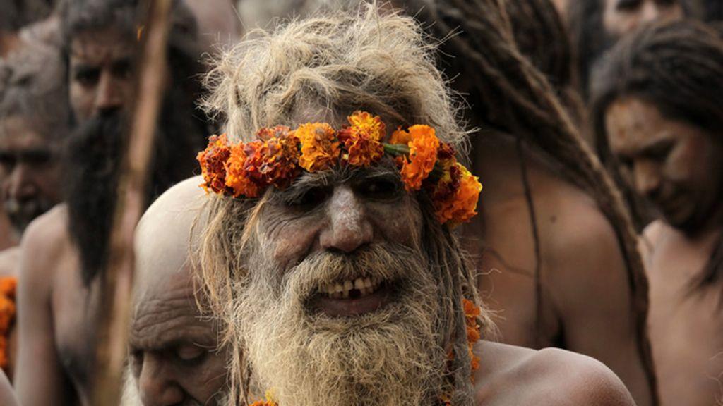 Los Naga Sadhus esperan  para darse un baño sagrado