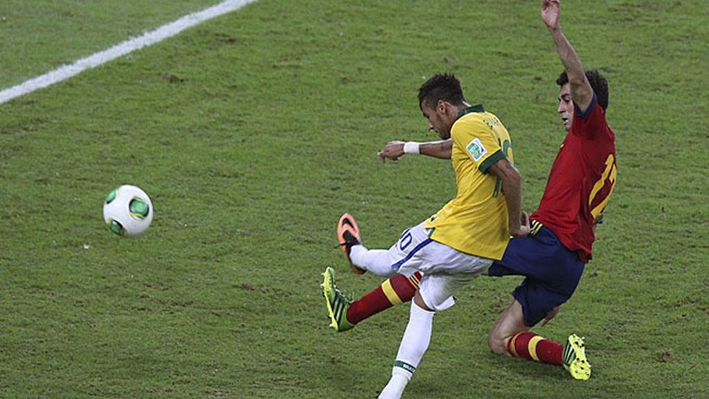 Neymar dispara en el segundo gol de Brasil
