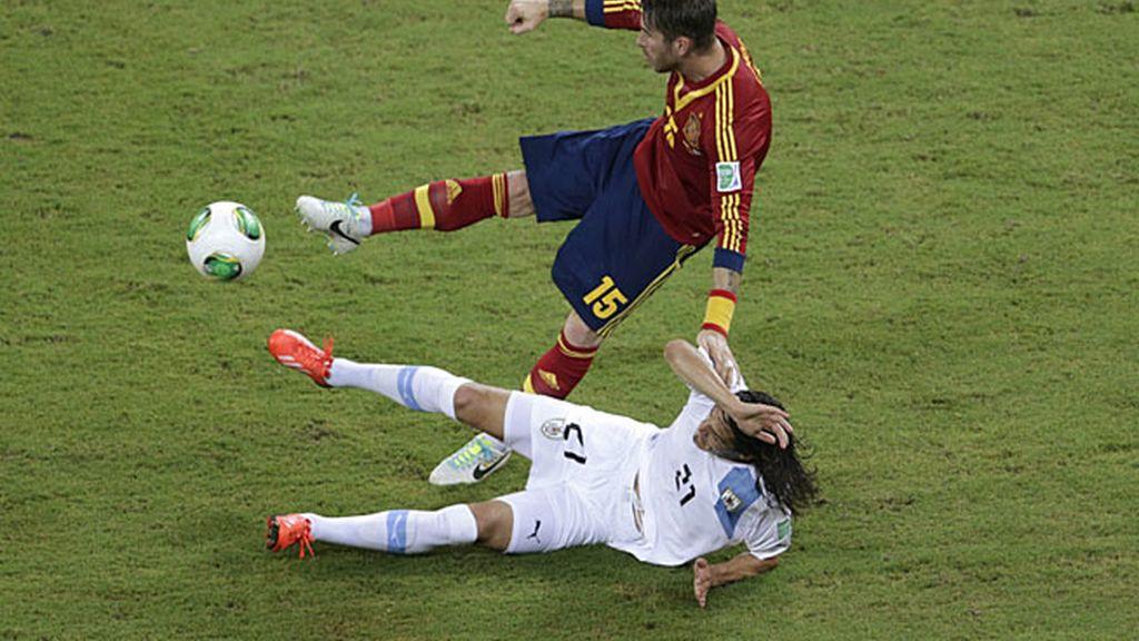 El central del Real Madrid recibiendo una fuerte entrada