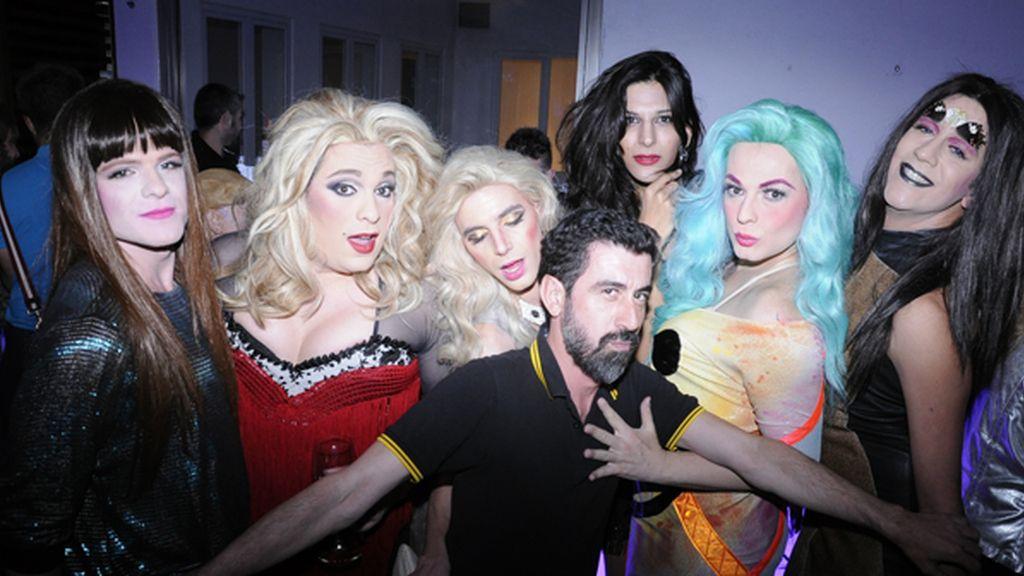 Piti Alonso, de DyP, con algunas de las glamourosas sinvitadas a la fiesta