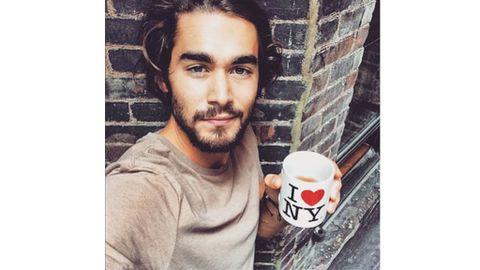 4b6bb985d Chicos guapos tomando café, nueva tendencia en la Red
