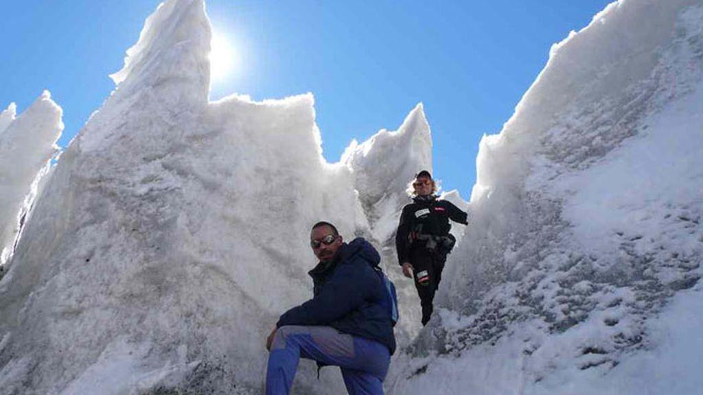 Las empinadas montañas heladas