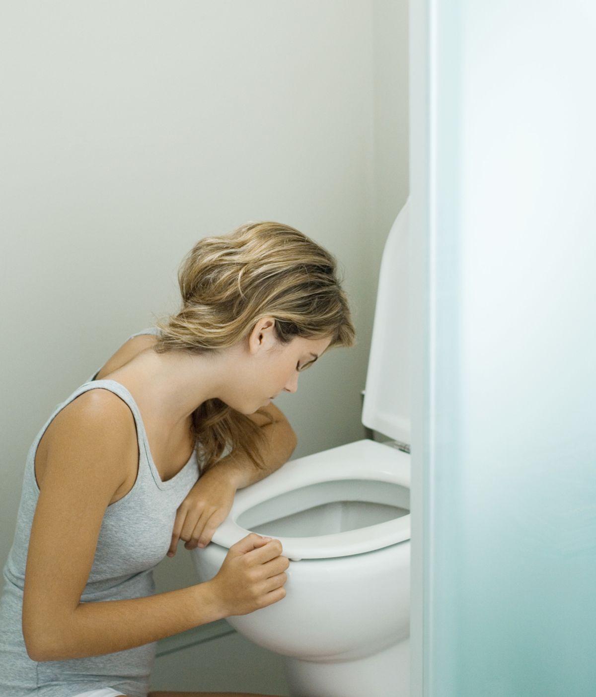 Chica con resaca en el baño