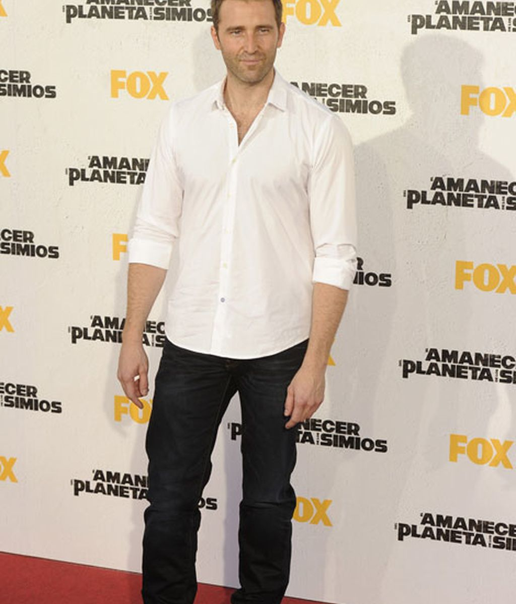 El actor Fernando Gil con camisa blanca y pantalón negro