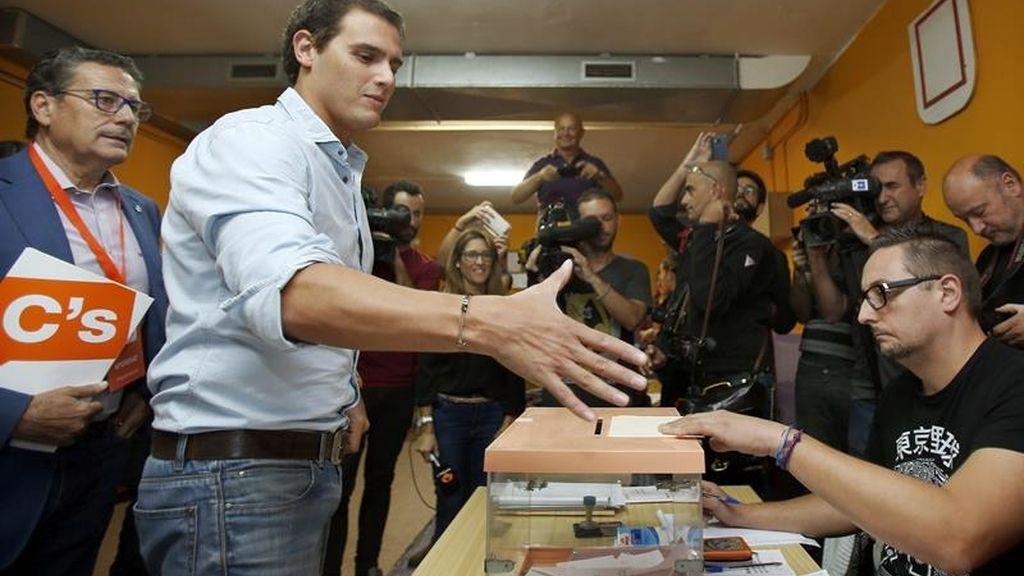 Albert Rivera vota en el Colegio Santa Marta de L'Hospitalet de Llobregat