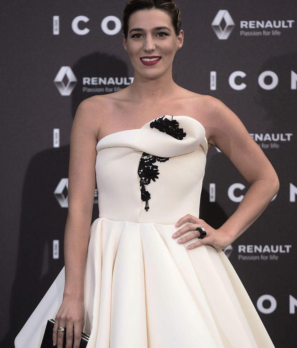 Eugenia combinó el detalle negro del vestido con un bolso y un anillo