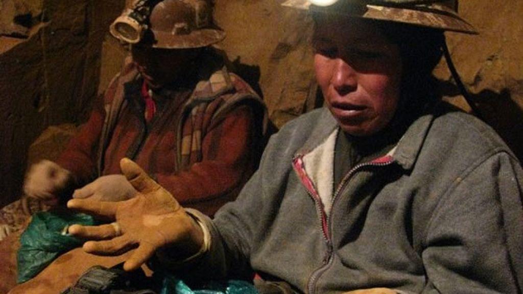 Un minero nos enseña sus manos