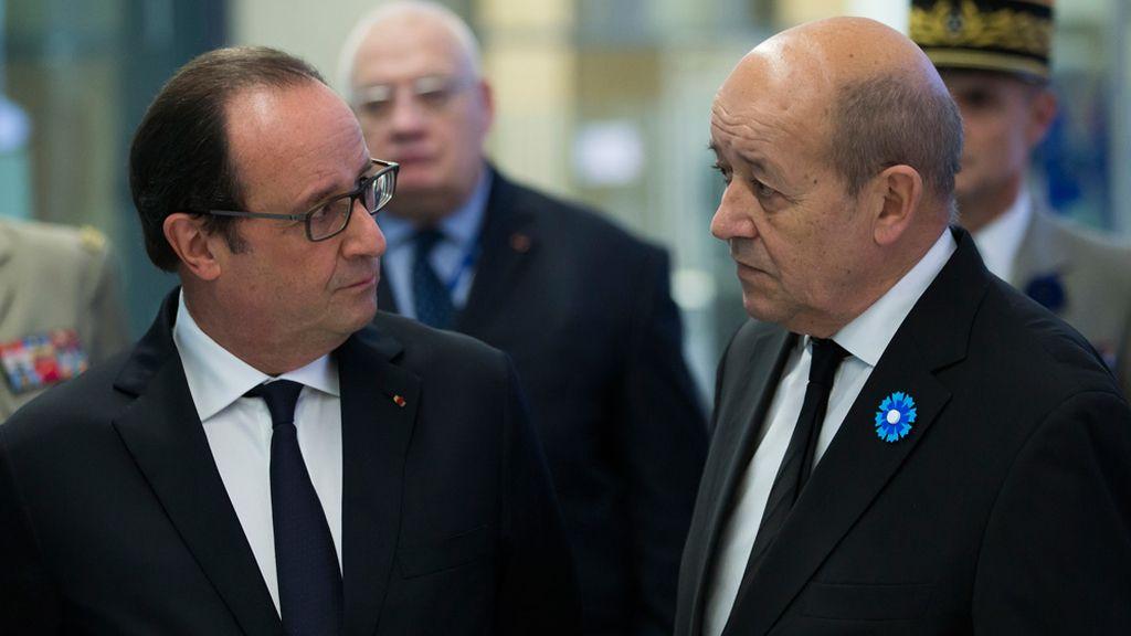 Hollande y el ministro de defensa francés