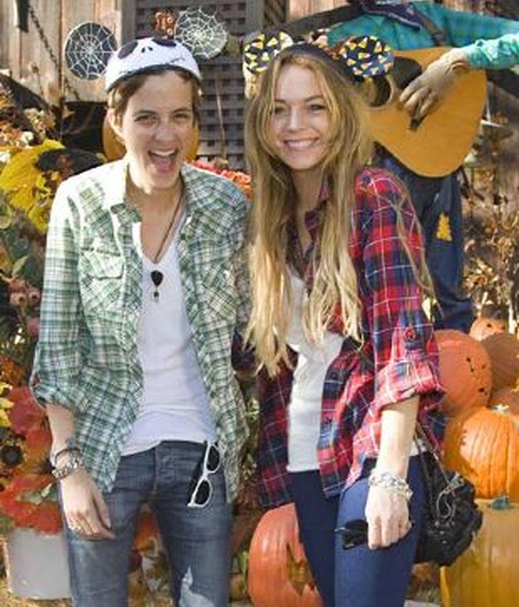 Imagen de la actriz Lindsay Lohan y su novia, Samantha Ronson, en Disneyland. Foto: AP