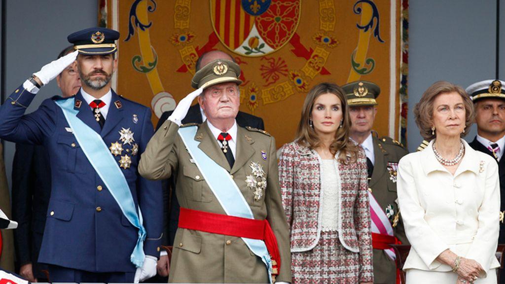 El Rey y el Príncipe saludan a las tropas