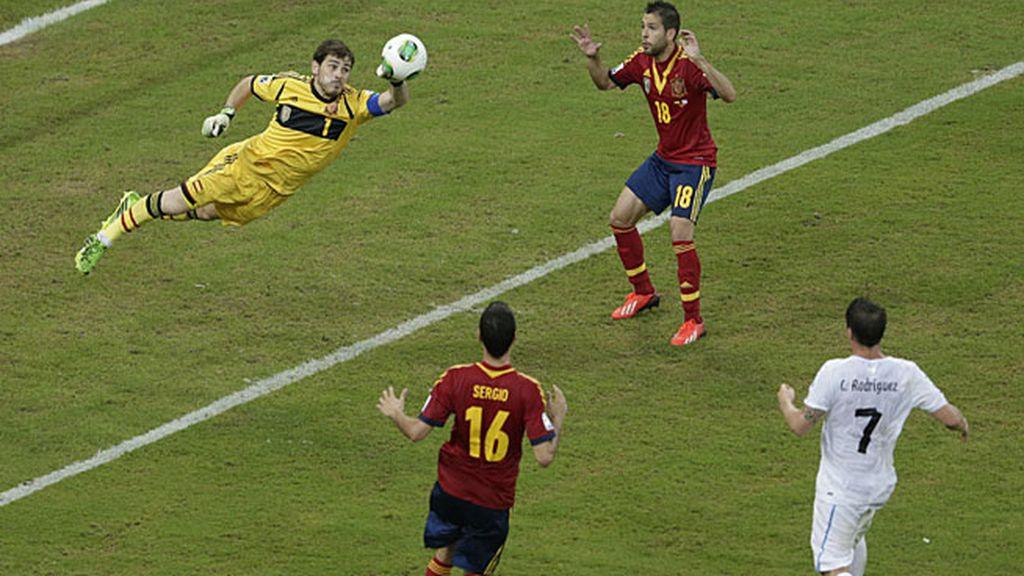 El portero del Madrid sale de puños durante el partido