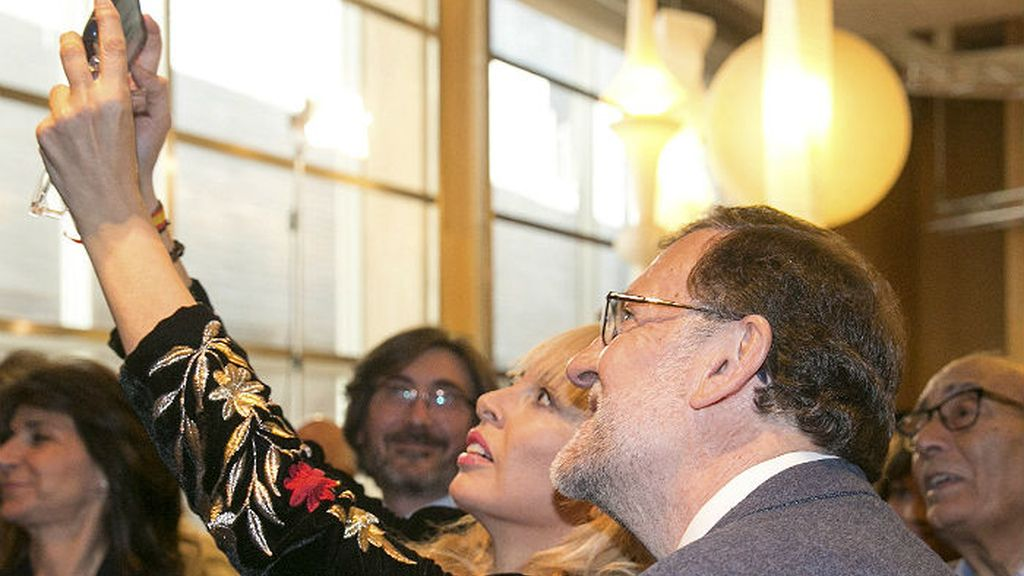 Mariano Rajoy selfie teléfono móvil