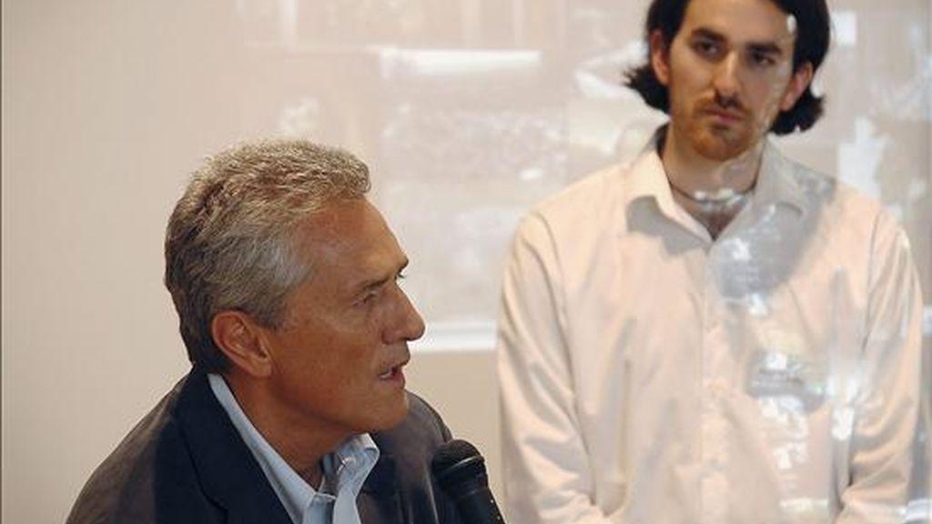 En la foto, Noah Charney (d) junto a Francesco Rutelli, ex ministro italiano de Cultura, en una de las clases de formación de los expertos en robo de arte en Umbría, Italia. EFE
