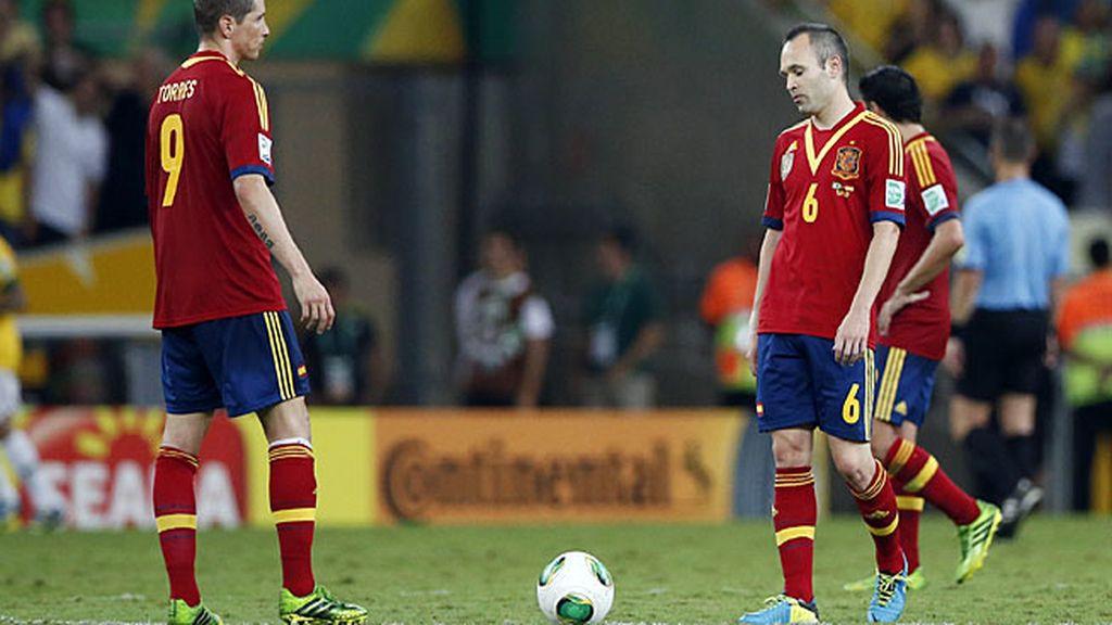 Iniesta y Torres, tras un gol de Brasil