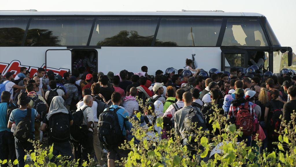 Miles de refugiados llegan a Croacia