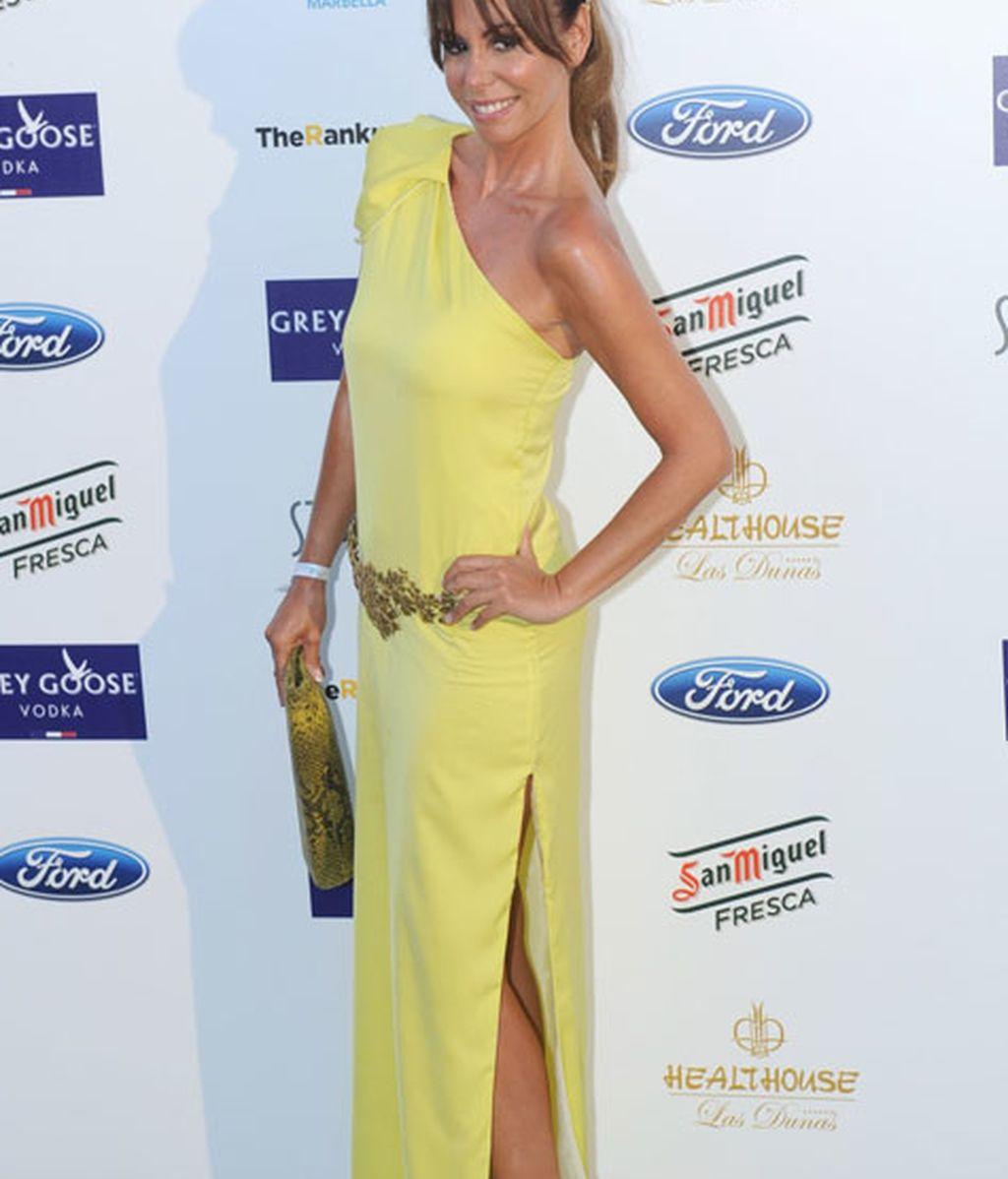 Lara Dibildos escogió un vestido amarillo y detalles dorados