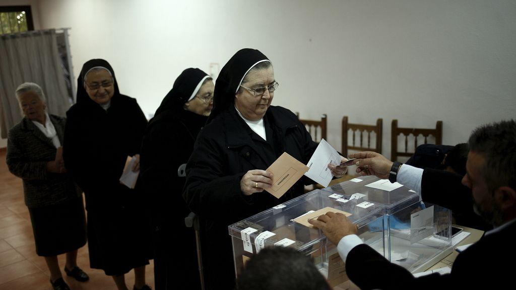 Un grupo de monjas vota en un colegio de Ronda