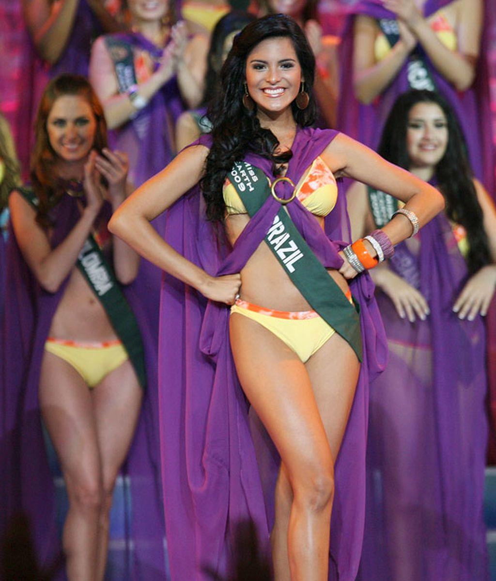 """La brasileña Larissa Ramos ha sido coronada """"Miss Tierra"""" en el certamen internacional de belleza celebrado en Filipinas, y al que se presentaron aspirantes de unos 80 países."""