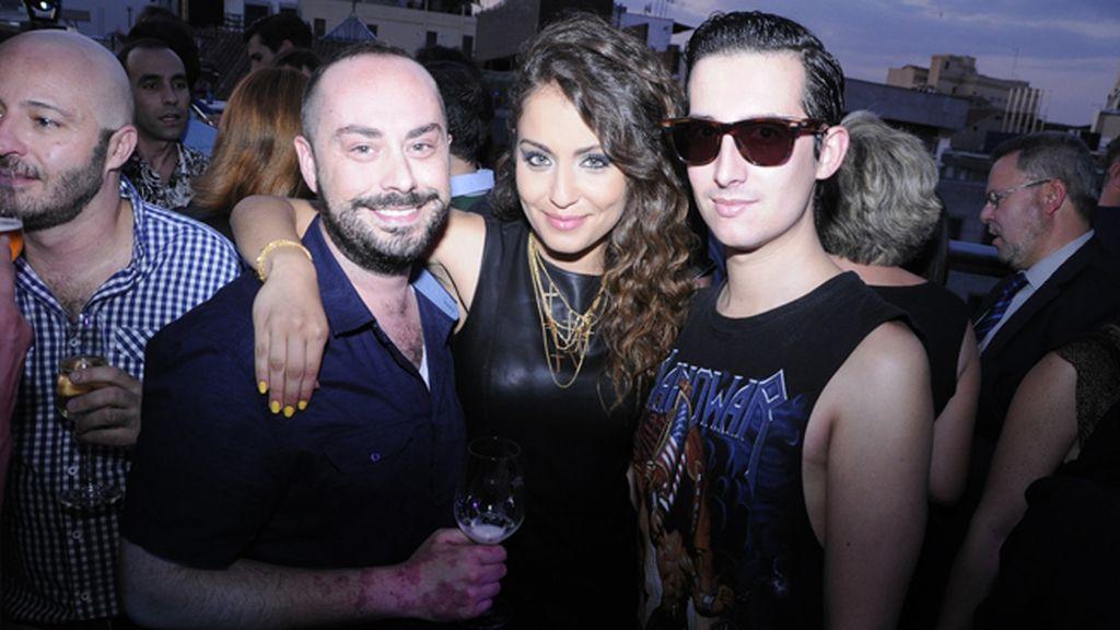 Posando con los actores Borja Vera e Hiba Abouk