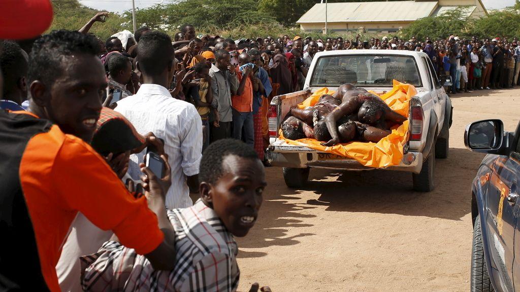 La Policía keniana exhibe los cadáveres de los atacantes de la Universidad de Garisa