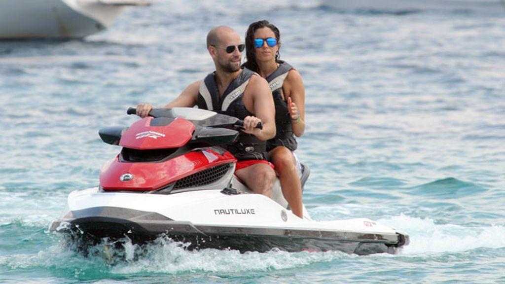 La pareja, que lleva mas de un año de relación, disfrutó de un paseo en moto de agua