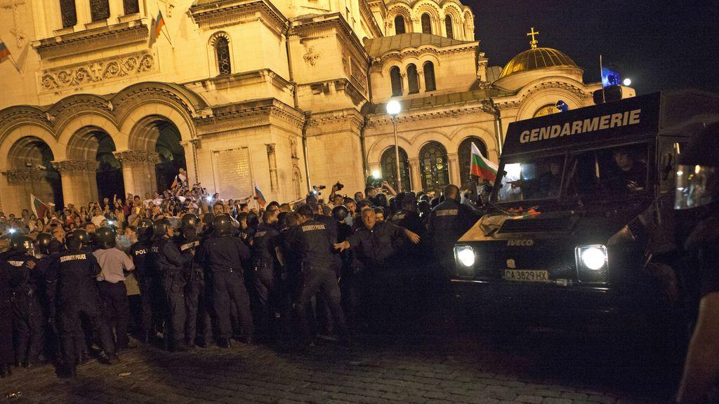 Manifestantes a las puertas del parlamento búlgaro