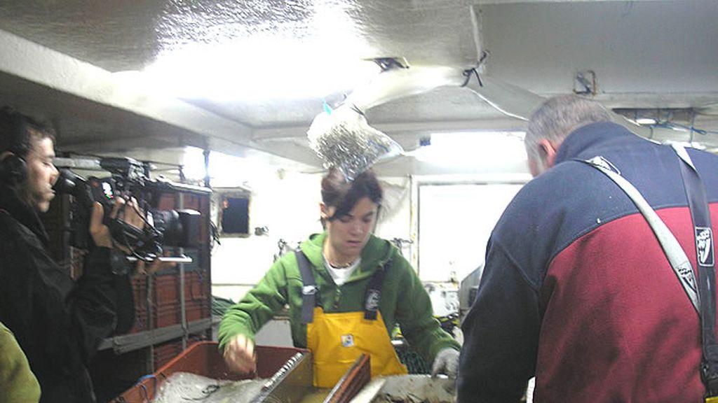 Tratar el pescado y ponerlo en cajas es otra de las funciones de trabajar en el mar