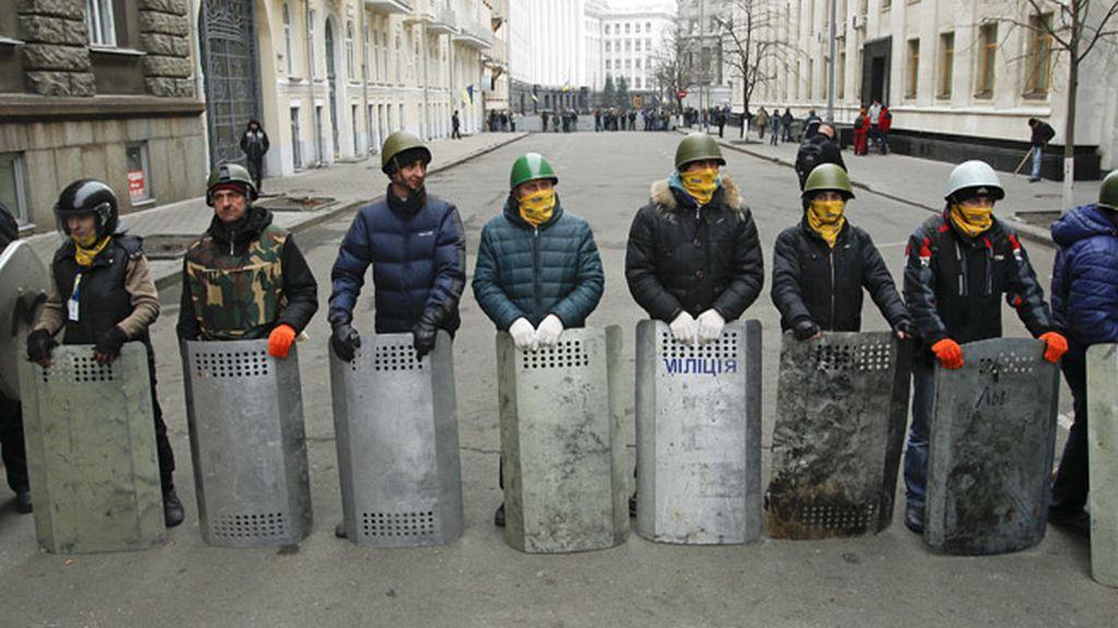 La oposición da por ilocalizables a Yanukóvich y a su ministro del Interior