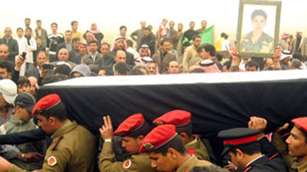 Fotografía cedida por la agencia de noticias siria SANA del funeral de un sargento del ejército Abdullah Ahmed Youssef en la norteña provincia de Hasaka. Foto: EFE