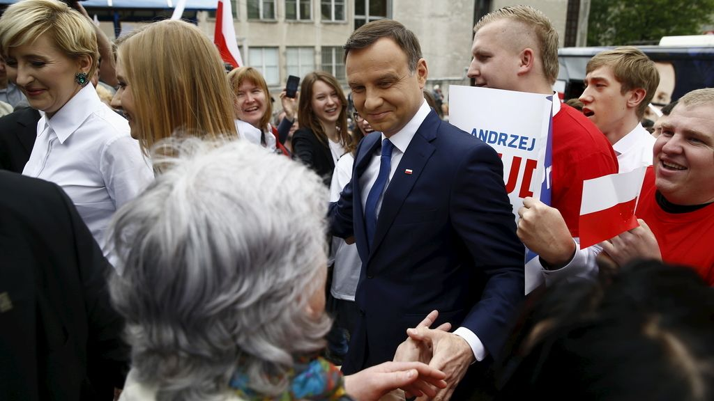 Polonia elige a su presidente tras la victoria sorpresa de Duda en la primera ronda