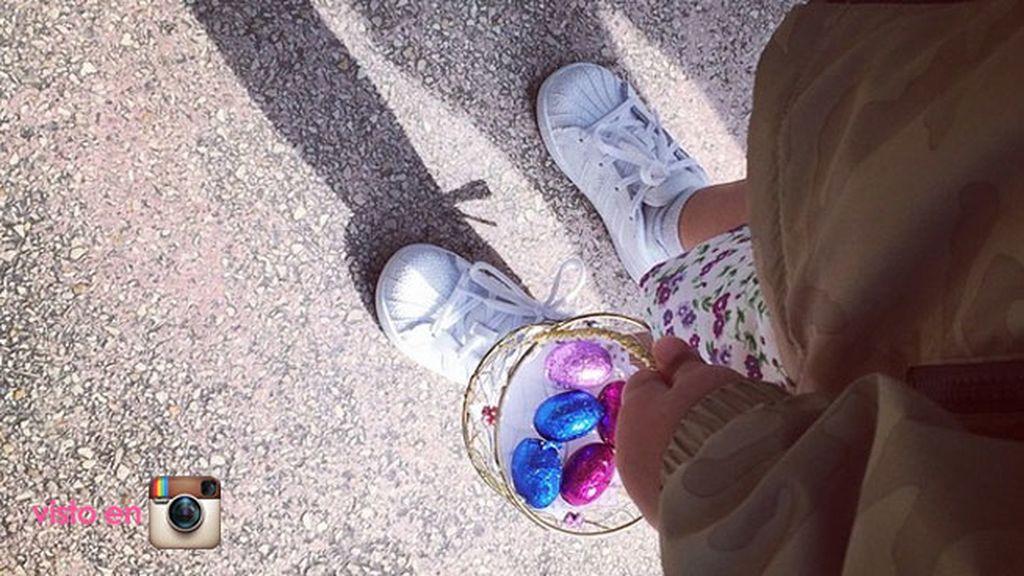 Alba Carrilo y huevos de colores con su hijo