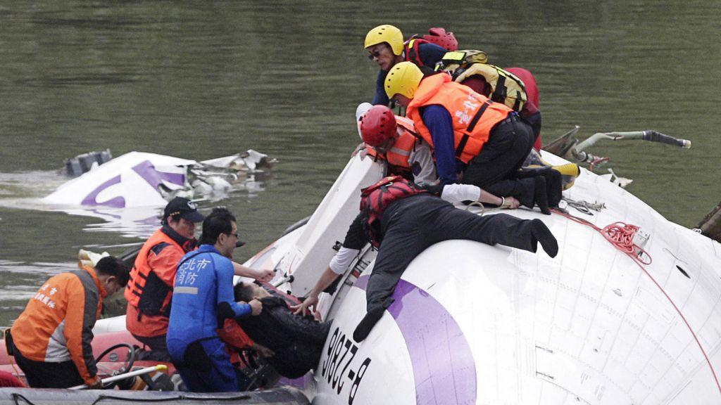 Los servicios de emergencias rescatan a las víctimas del accidente de avión en Taipei