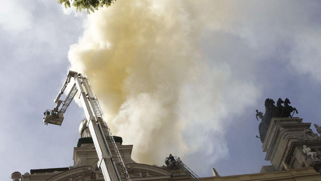 Los bomberos intentan apagar el fuego desde las alturas