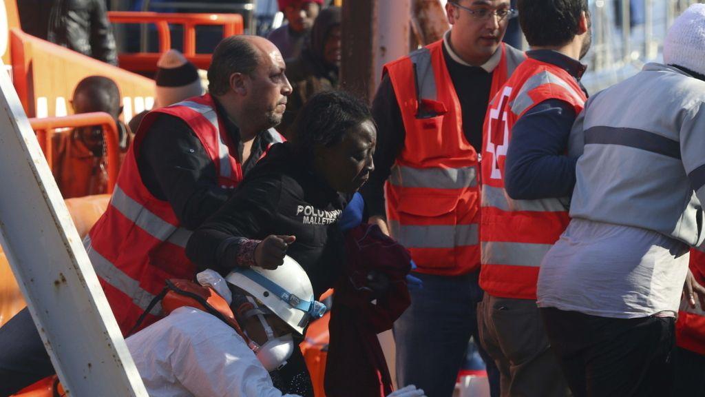 Llegan al puerto de Almería los 26 rescatados patera, atendidos por hipotermia