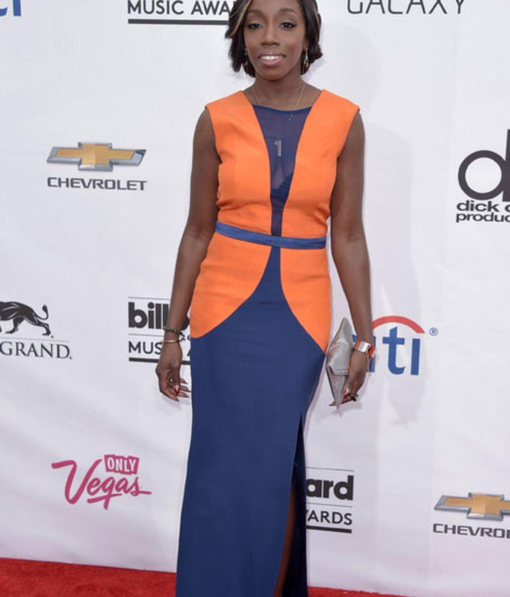 Estelle con un vestido bicolor