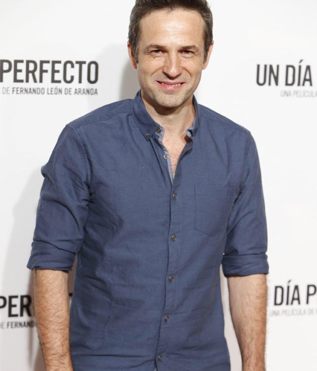 Camisa azul marino y pantalón blanco para Gustavo Salmerón