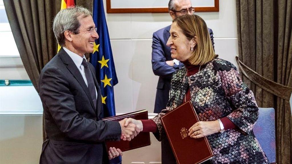 La ministra de Fomento, Ana Pastor, y el embajador de Francia en España, Yves Saint-Geours,
