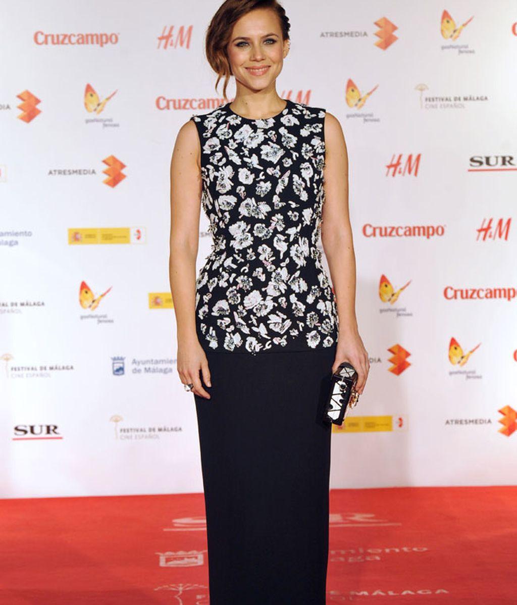 Aura Garrido lució un vestido negro con cuerpo con bordados florales con pedrería de Dior