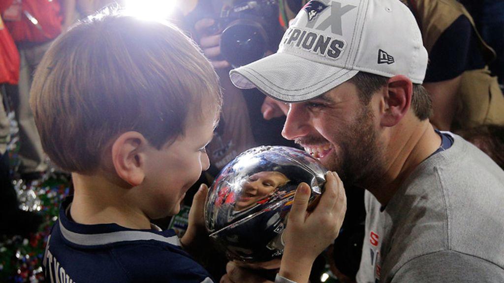 Stephen Gostkowski celebra el título con su hijo