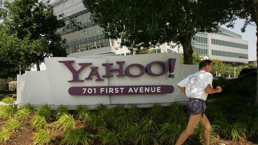 Un hombre corre frente a un centro de Yahoo en Estado Unidos