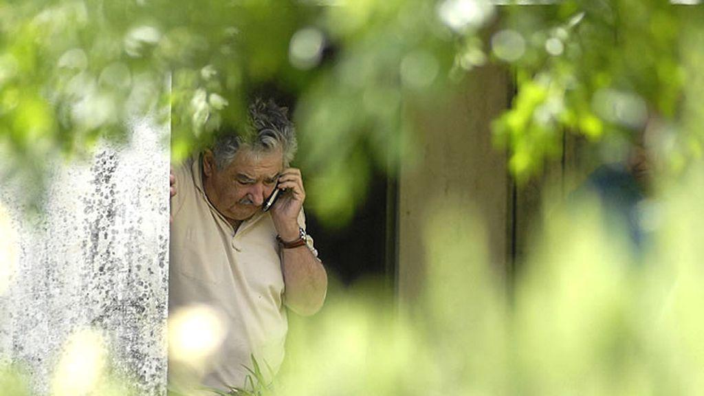 El presidente uruguayo, José Mújica, habla por teléfono en su granja de Montevideo